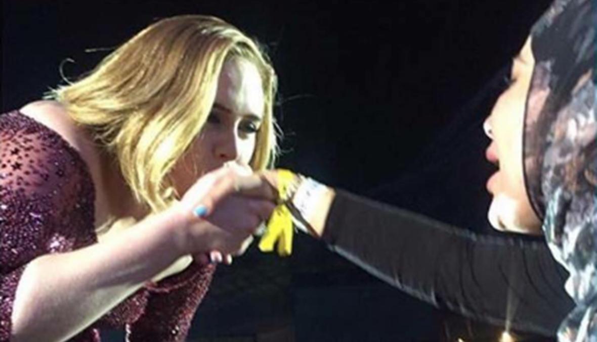 بالفيديو - أديل تقبل يد فتاة محجّبة والجمهور يتفاعل