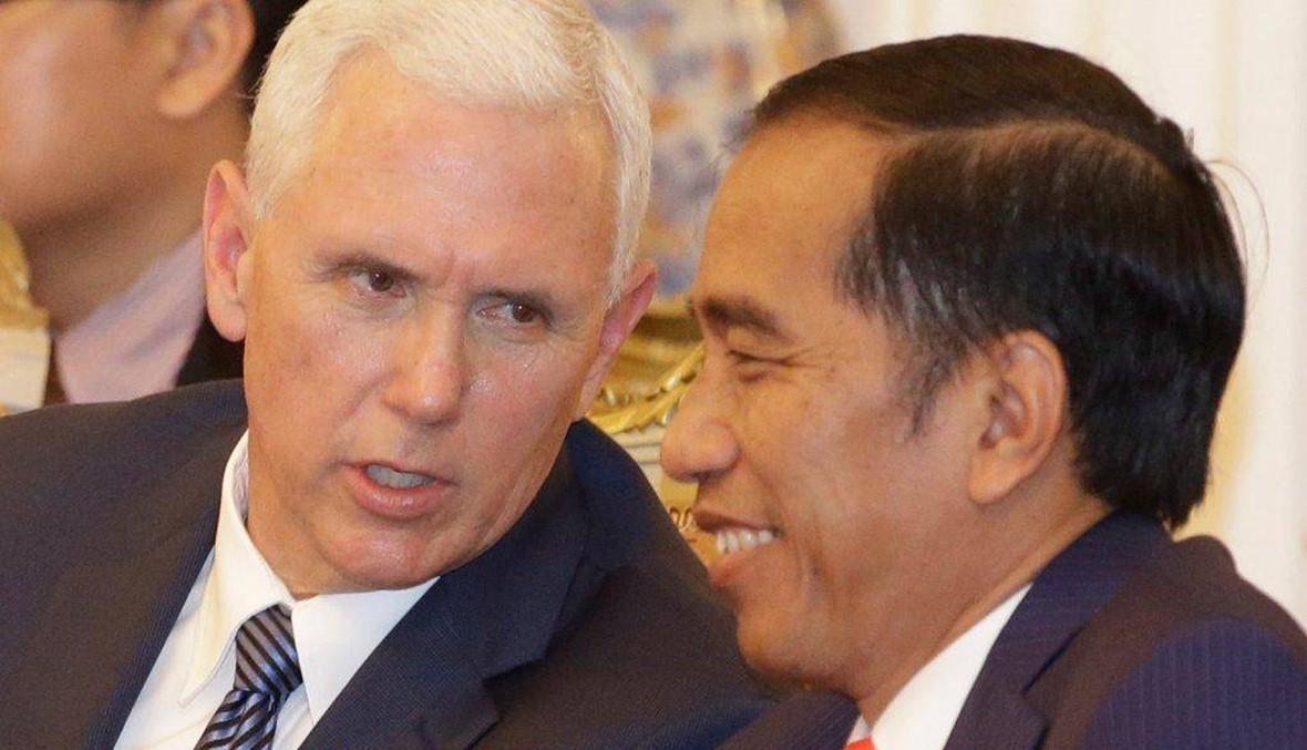 """مايك بنس يزور اكبر مساجد اندونيسيا بلا حذاء... الاسلام المعتدل """"يوحّد"""""""