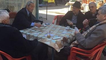 """""""قهوة التلّ العليا"""" في طرابلس... هنا يختبئون من الأيام... ما بين """"دقّ ورق"""" ونَفَس أصفهاني..."""