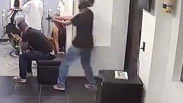 حقيقة فيديو قتل شخص داخل محل للحلاقة في البترون