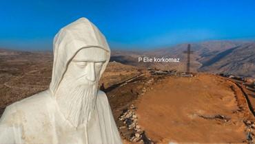 بالفيديو: مسيرة تمثال مار شربل من حارة صخر حتى لحظة رفعه في فاريا