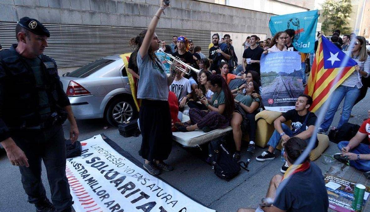 هتافات أمام مكتب المدّعي العامّ... إستدعاء مئات رؤساء البلديّات في كاتالونيا إلى التّحقيق