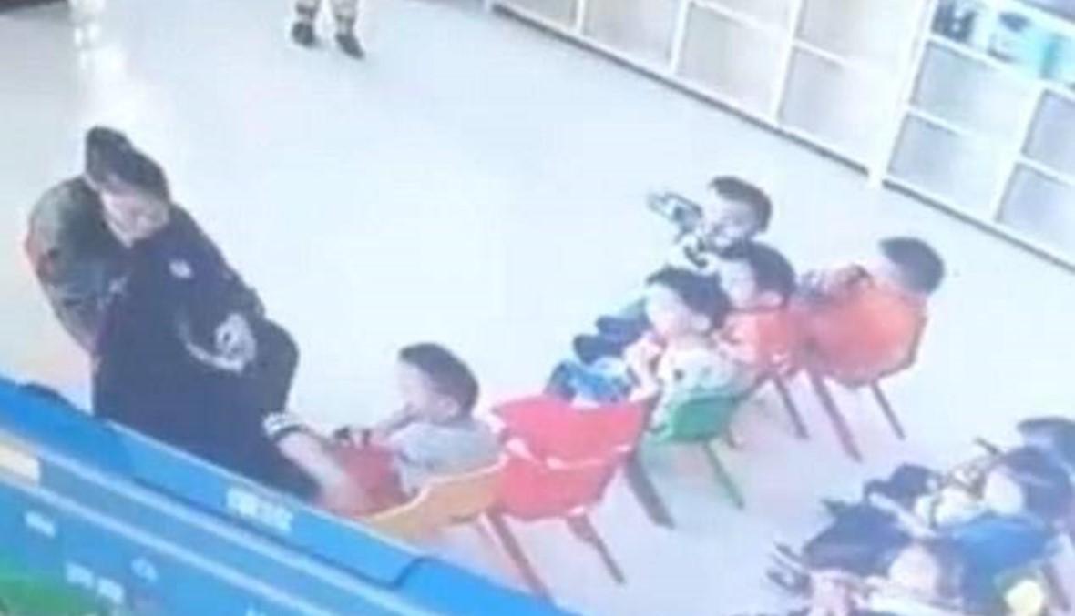 بالفيديو- معلّمتان تربطان الأطفال بشريط لاصق لمعاقبتهم