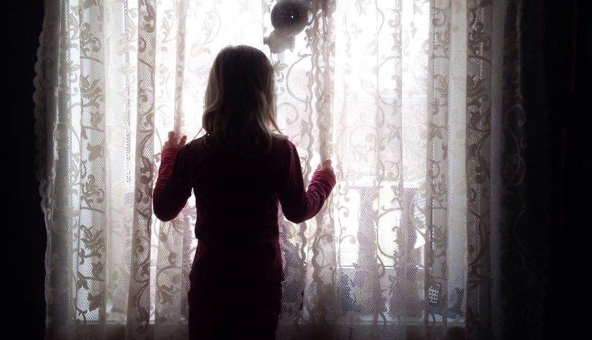 """""""كنت أستيقظ لأجد نفسي عارية وهو مستلقٍ فوقي""""... قصة والد اغتصب طفلته ثم انتحر"""