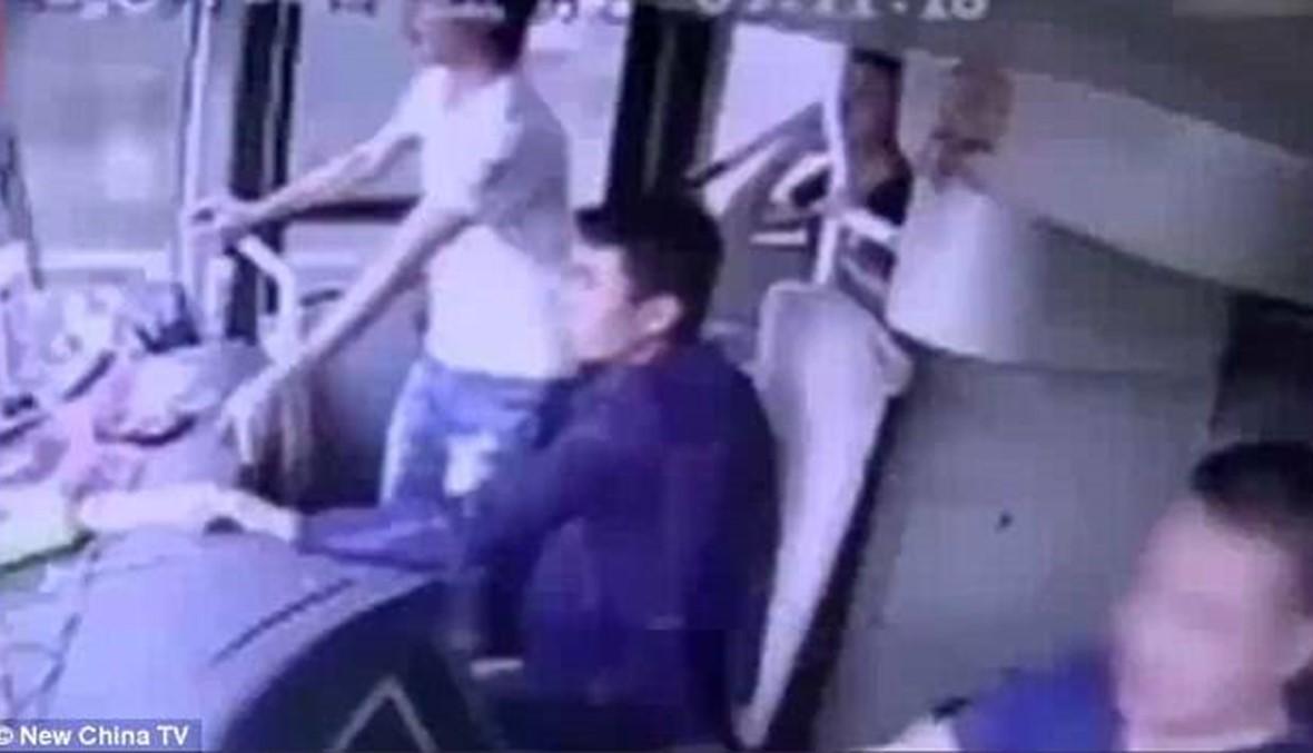 بالفيديو- السائق فقد السيطرة على حافلته فطار الركاب من النافذة