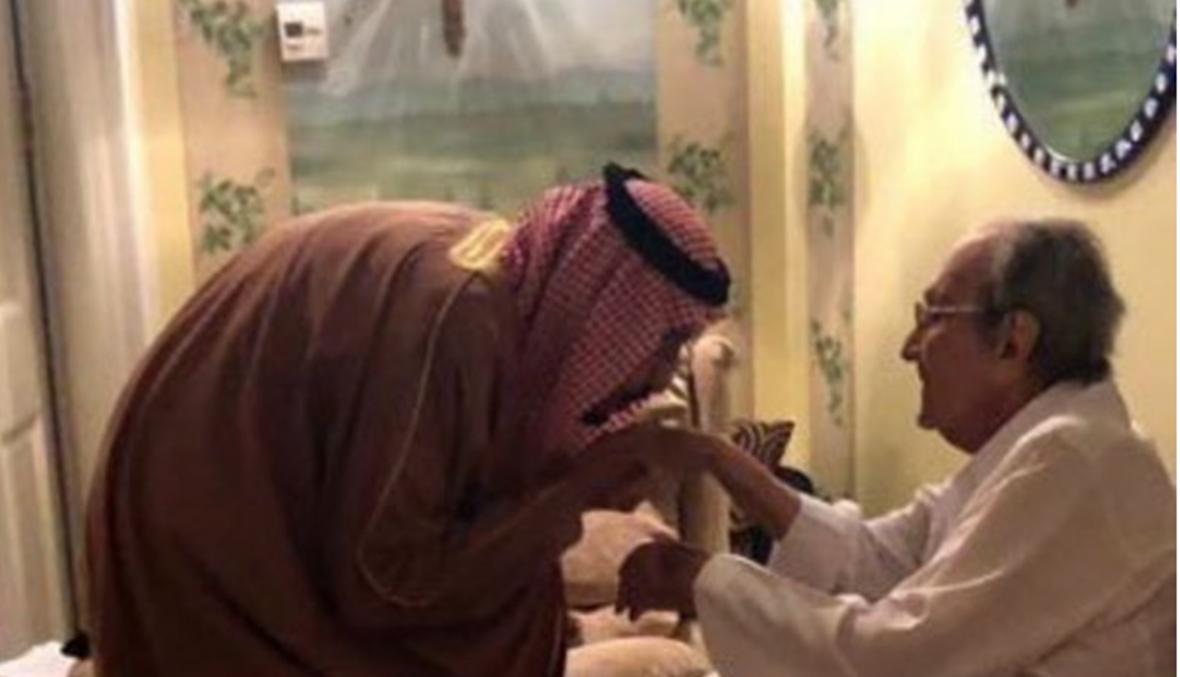 الملك سلمان يقبل يد شقيقه والد الأمير الوليد بن طلال (صور)