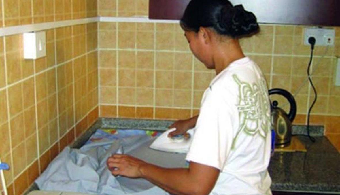 العمل تحظر على مكاتب استقدام العاملات المنزليات استيفاء أي بدل مادي منهن