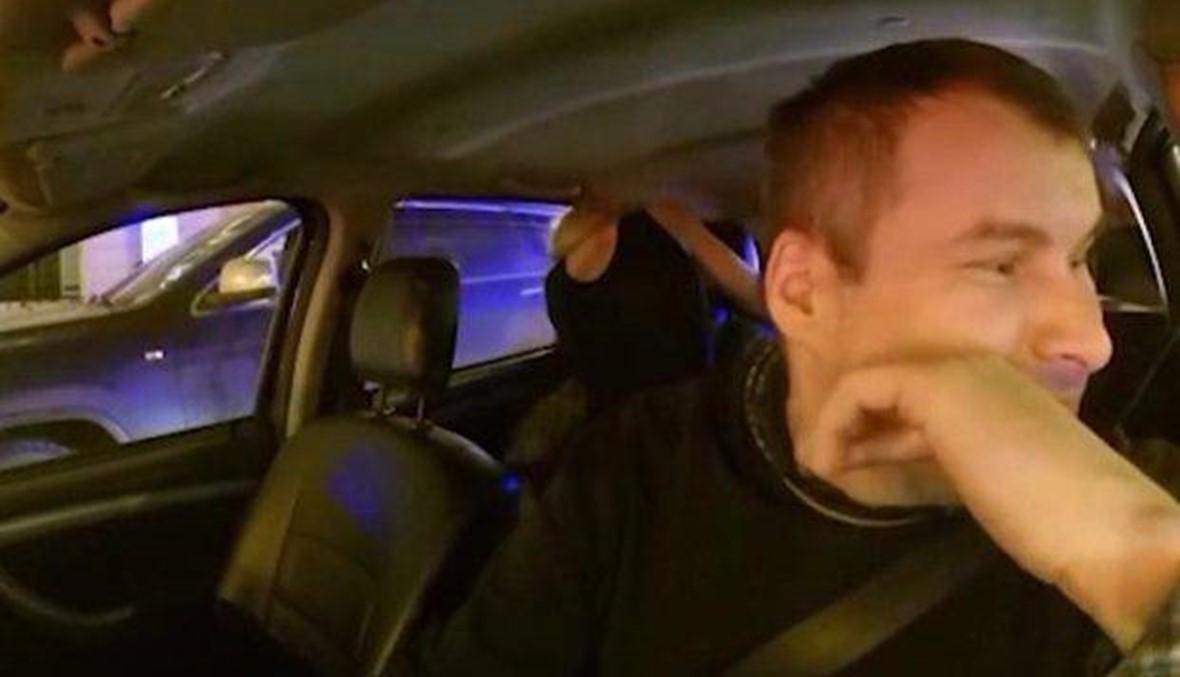 بالفيديو- طلبا من سائق سيارة الأجرة الخروج ليمارسا الجنس... ماذا فعل؟