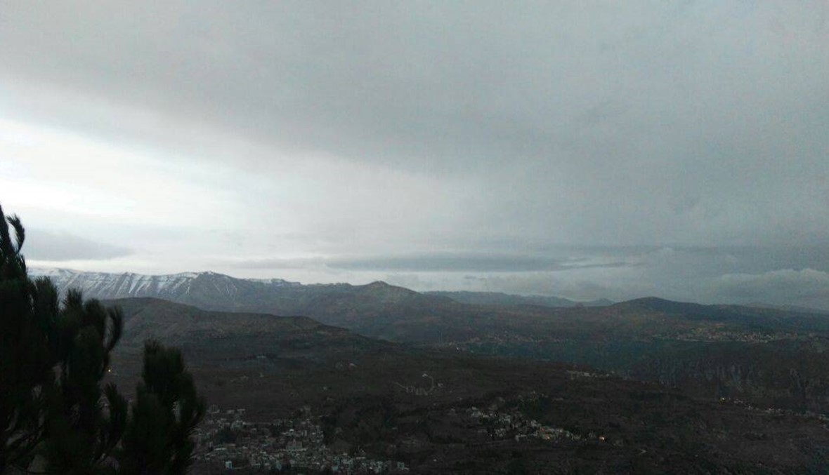 رياح عاتية في الجرود وغيوم سوداء تتلبّد في السماء... توقعات بمطر غزير وثلوج كثيفة (صور وفيديو)