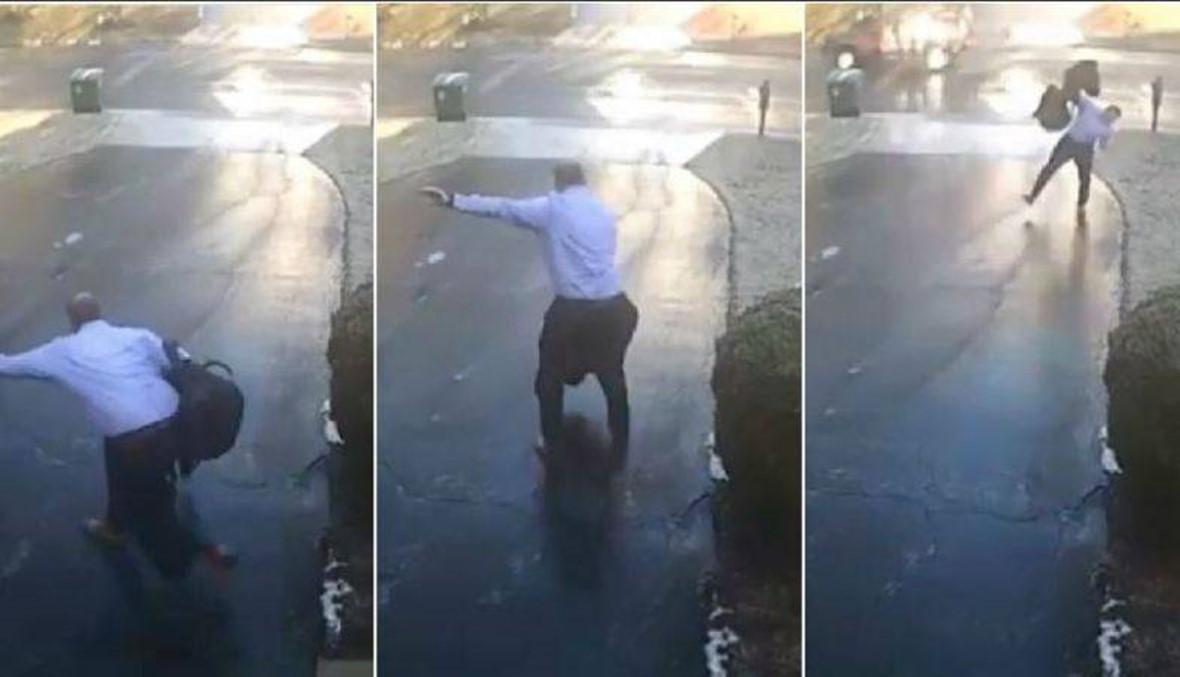 بالفيديو- فقد توازنه وانزلق عند خروجه من المنزل... بداية نهار سيئة!