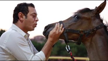 مصطفى شعبان يشارك في سباق للخيل بالسعودية