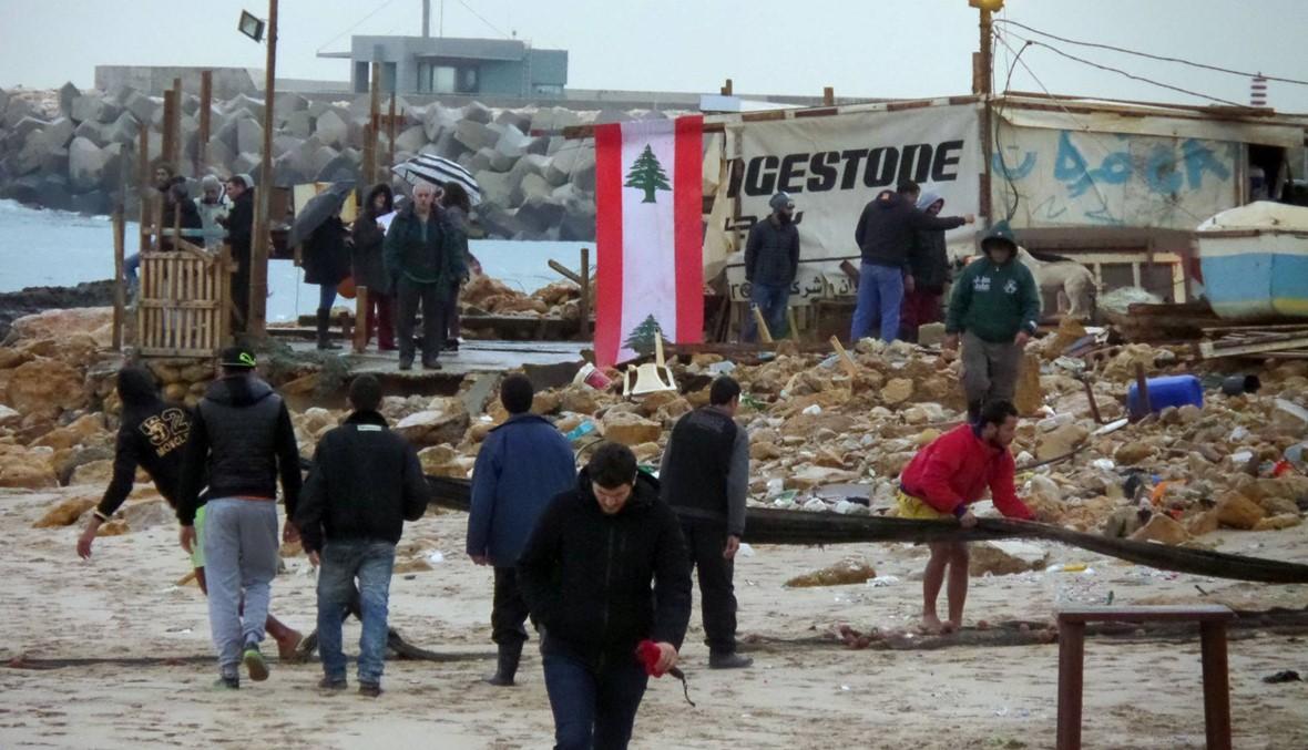 """في الأوزاعي النفايات """"تفترش"""" الشاطئ، وعائلات الصيادين """"لا حول ولا قوة لهم""""!"""