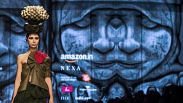"""أسبوع """"امازون اينديا"""" للموضة في نيو دلهي بـ #الهند. والزي من تصميم المصمم الهندي نيتين بال شوهان لـ #خريف #شتاء 2018 (أ ف ب). #india #fashion #annahar #annaharnewspaper"""