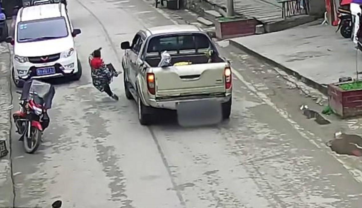 بالفيديو- حاولت إنقاذ طفلها فصدمتهما شاحنة