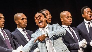 """فريق """"ايزيكاتاميا"""" تقليدي، خلال تأديته عرضا في مسرح بلاي هاوس في ديربان بجنوب افريقيا، في اطار مهرجان الايزيكاتاميا الذي يُنظَّم سنويا، وتشارك فيه اكثر من 100 فرقة. الايزيكاتاميا اسلوب غنائي انبثق من الزولو في #جنوب_افريقيا #africa #festival #annahar #annaharnewspaper"""