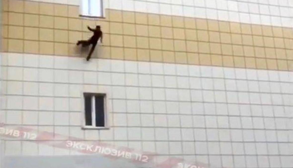 بالفيديو- ابن الـ11 سنة قفز من نافذة مركز التسوق بعد اندلاع حريق ضخم فيه