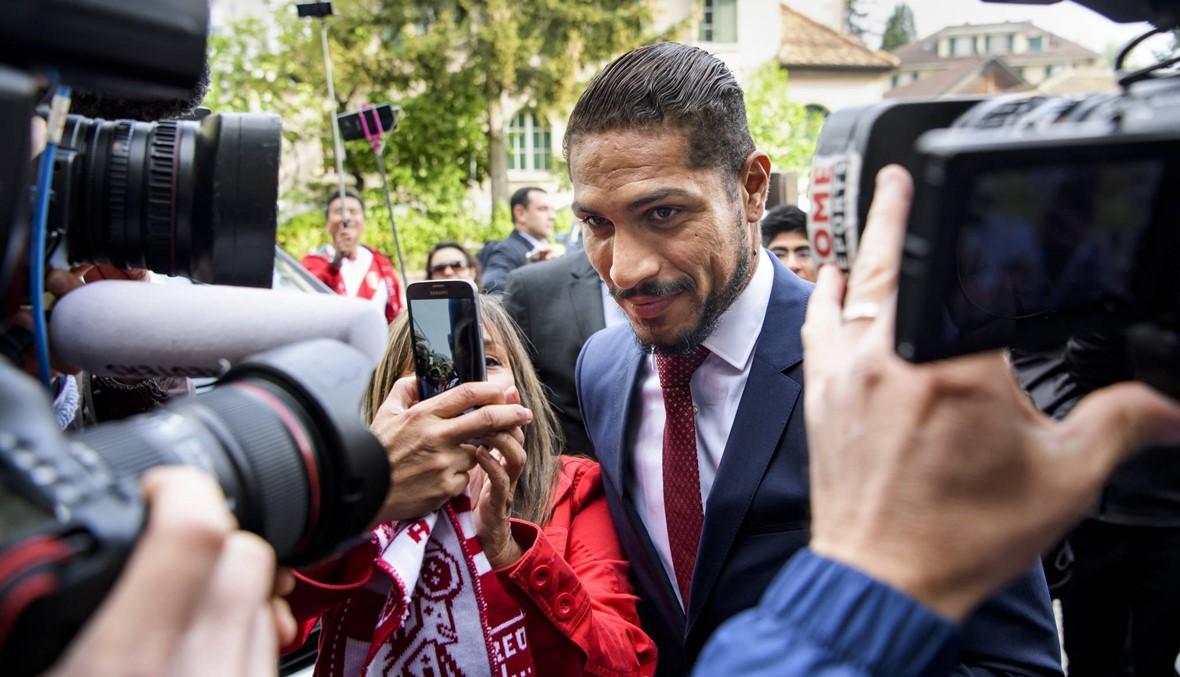 بالصور: من كان في انتظار نجم المنتخب البيروفي أمام المحكمة؟