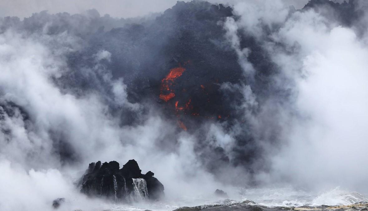 """حمم البركان """"كيلاويا"""" وصلت إلى الهادىء: تحذير من مزيج غازي ضار (صور)"""