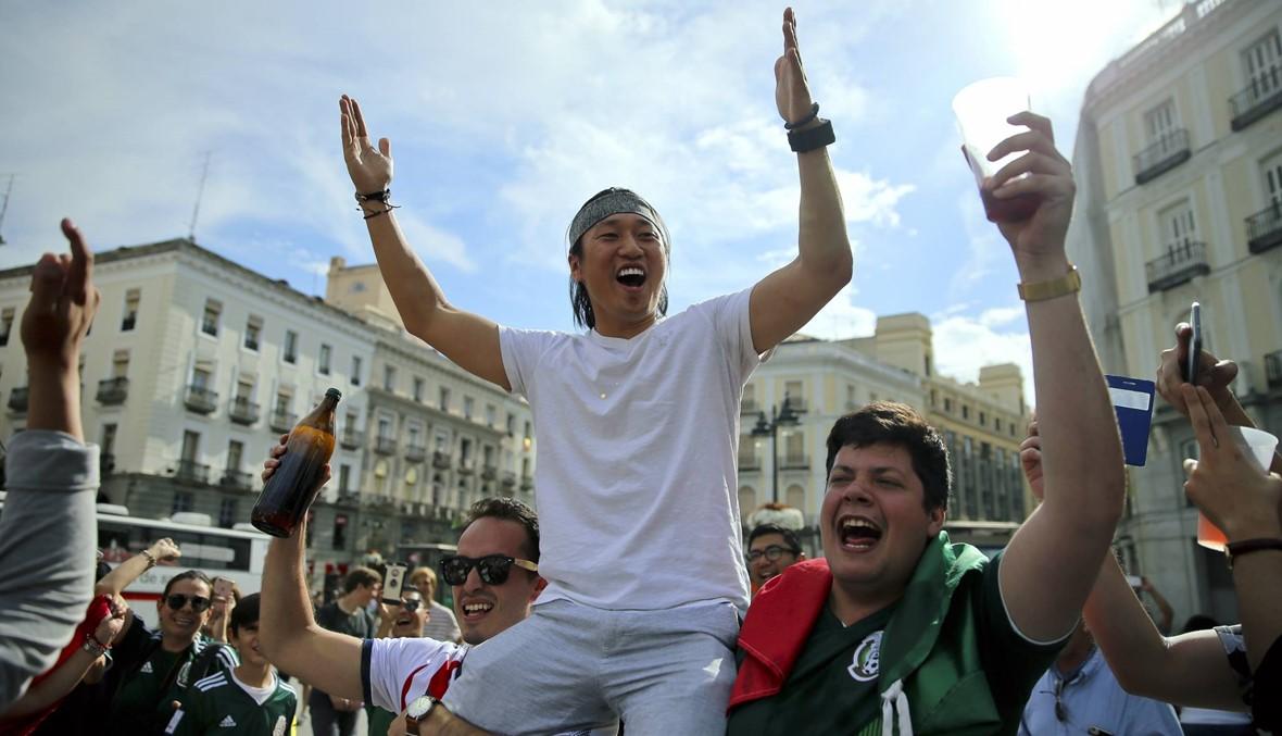 المكسيكيون يحيطون بالسفارة الكورية احتفالاً بالتأهل