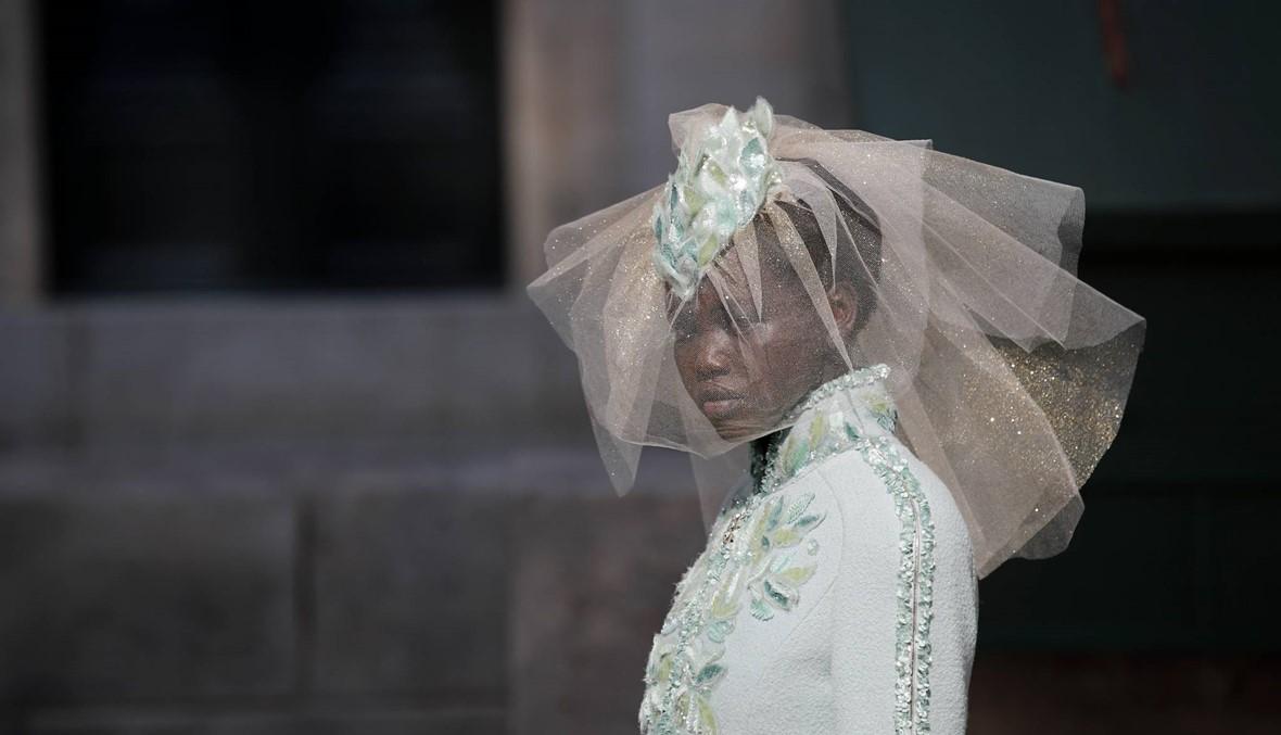 عروس شانيل ترتدي الأخضر المائي