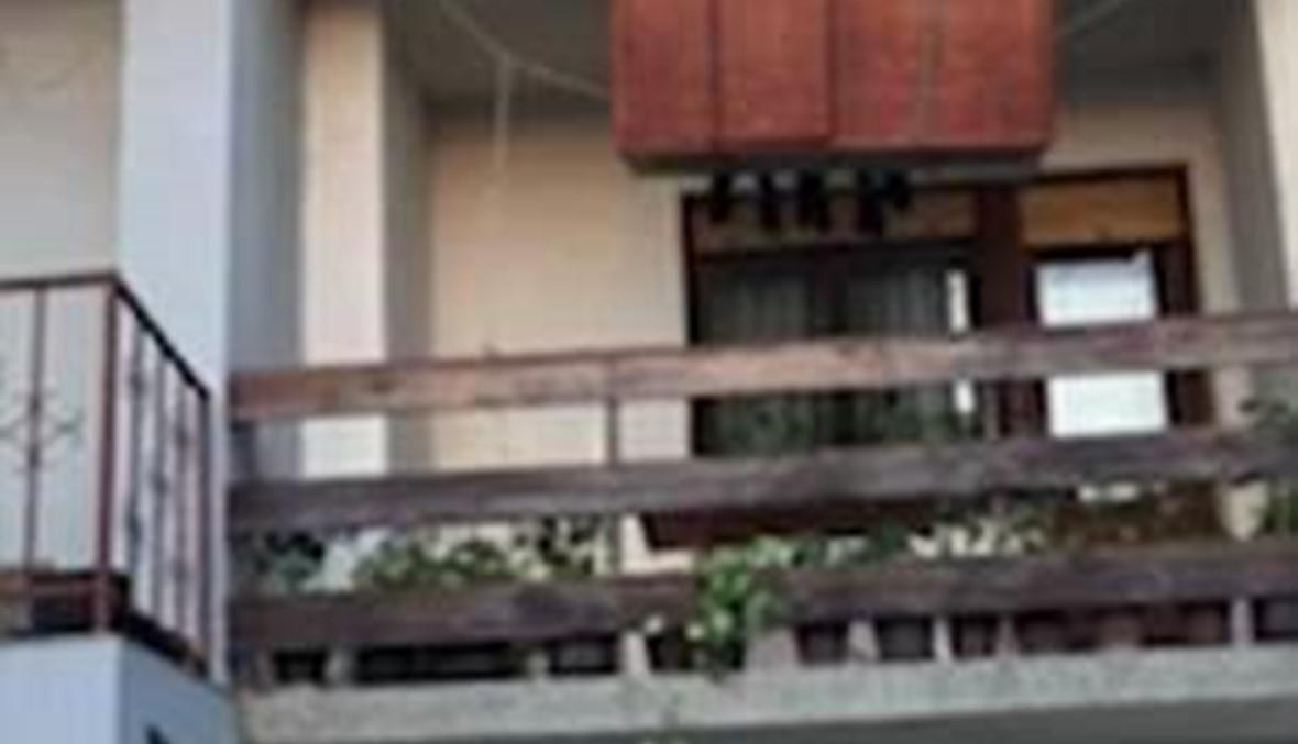 بالفيديو - أنزلا الخزانة من على الشرفة فكانت النتائج كارثية ومضحكة