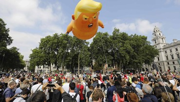 """محتجون يطلقون منطاد """"ترامب الصغير"""" في سماء لندن (صور)"""