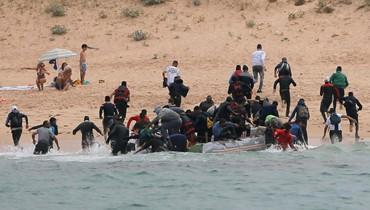 فيديو- مهاجرون غير شرعيين يخطئون الطريق وينزلون عند شاطئ للعراة!