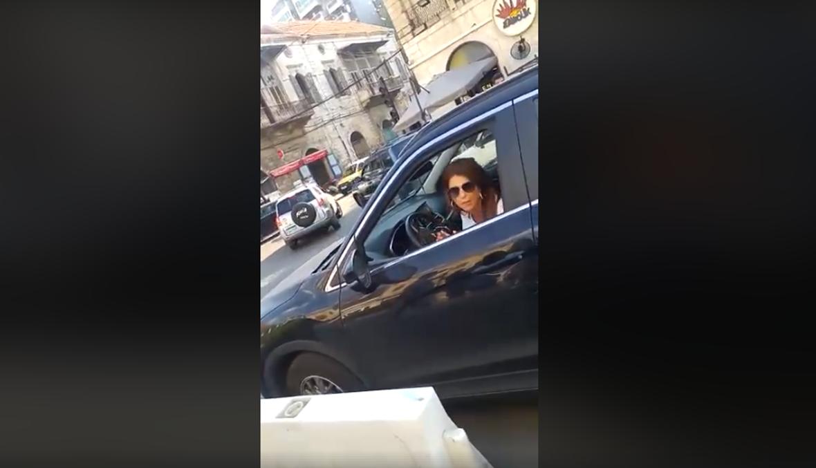 الفيديو انتشر سريعاً... ما ردّ بلدية جونيه على تهجُّم سيدة على شرطي