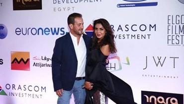 بعد أحمد الفيشاوي... نجلاء بدر تقبّل زوجها على السجادة الحمراء