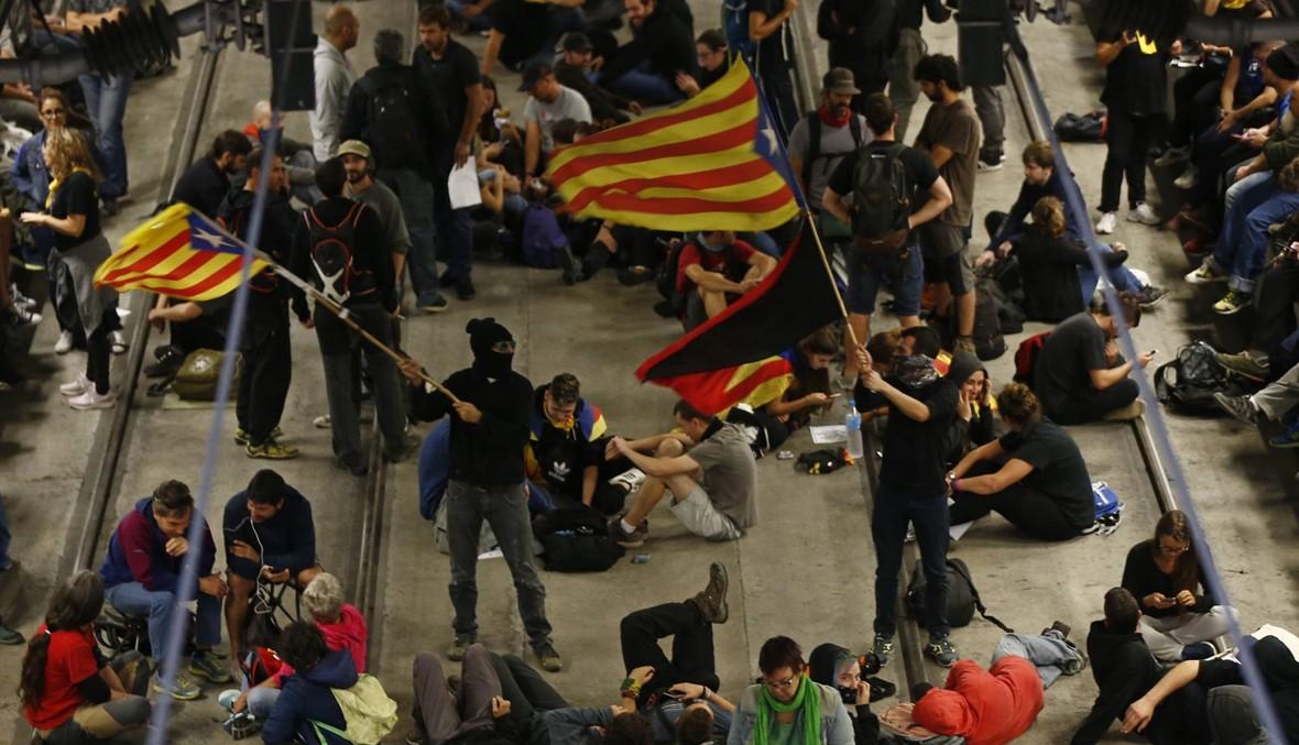 ناشطون انفصاليون يغلقون طرقاً ومسار قطار سريع في كاتالونيا