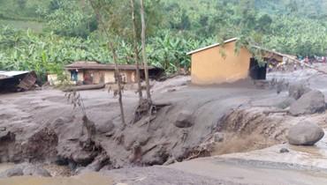 """مقتل 31 شخصاً في انزلاقات تربة في أوغندا... """"جثث مقطعة الأوصال عالقة في الوحول"""" (صور)"""