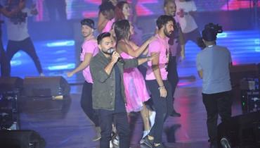 """أحمد زاهر سانده على المسرح... تامر حسني يحتفل بـ""""عيش بشوقك""""  (صور)"""