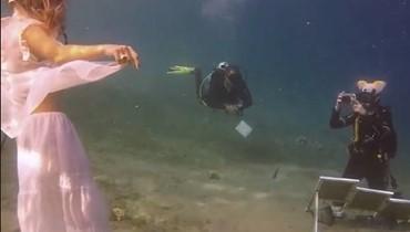 بالفيديو- رسمت لوحة فنية تحت الماء استغرقت أكثر من 4 ساعات