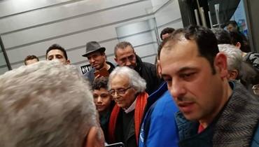 عشّاق أدونيس يتهافتون للقائه في معرض بيروت الدولي للكتاب: الشعوب حاضرة على قدر ما تُبدع