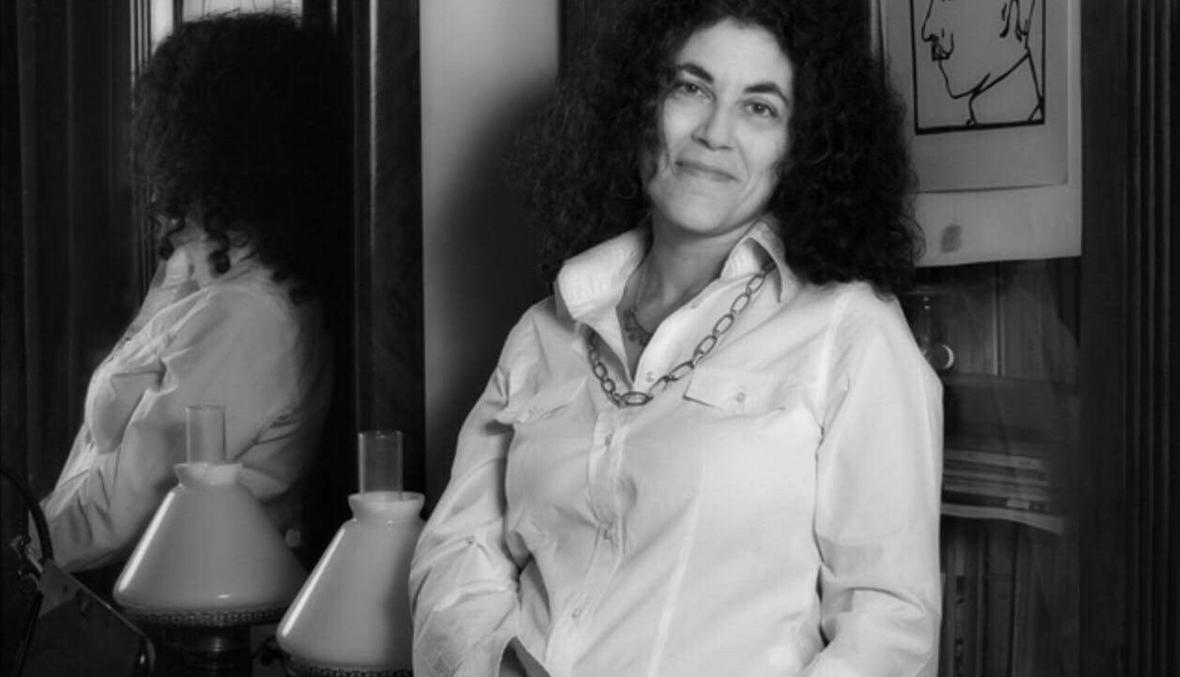 خمسُ قصائد للشّاعرة الإيطاليَّة ماريَّا غراتسيا كالاندْرونِه: يغنِّي، يسترسلُ، يتمادى