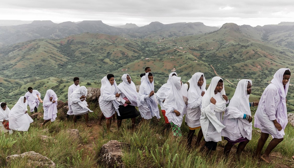 """80 كيلومترا مشياً... آلاف من أتباع كنيسة شيمبي يحجّون إلى """"الجبل المقدس"""""""