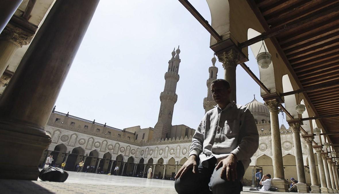 """جامعة الأزهر تفصل طالبة مصريّة: """"عانقت شاباً في ساحة الكليّة"""""""