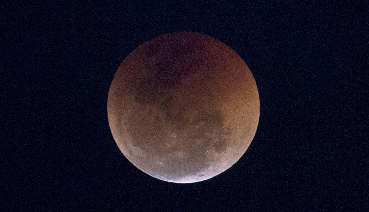العالم في الانتظار... القمر الدموي يظهر الليلة