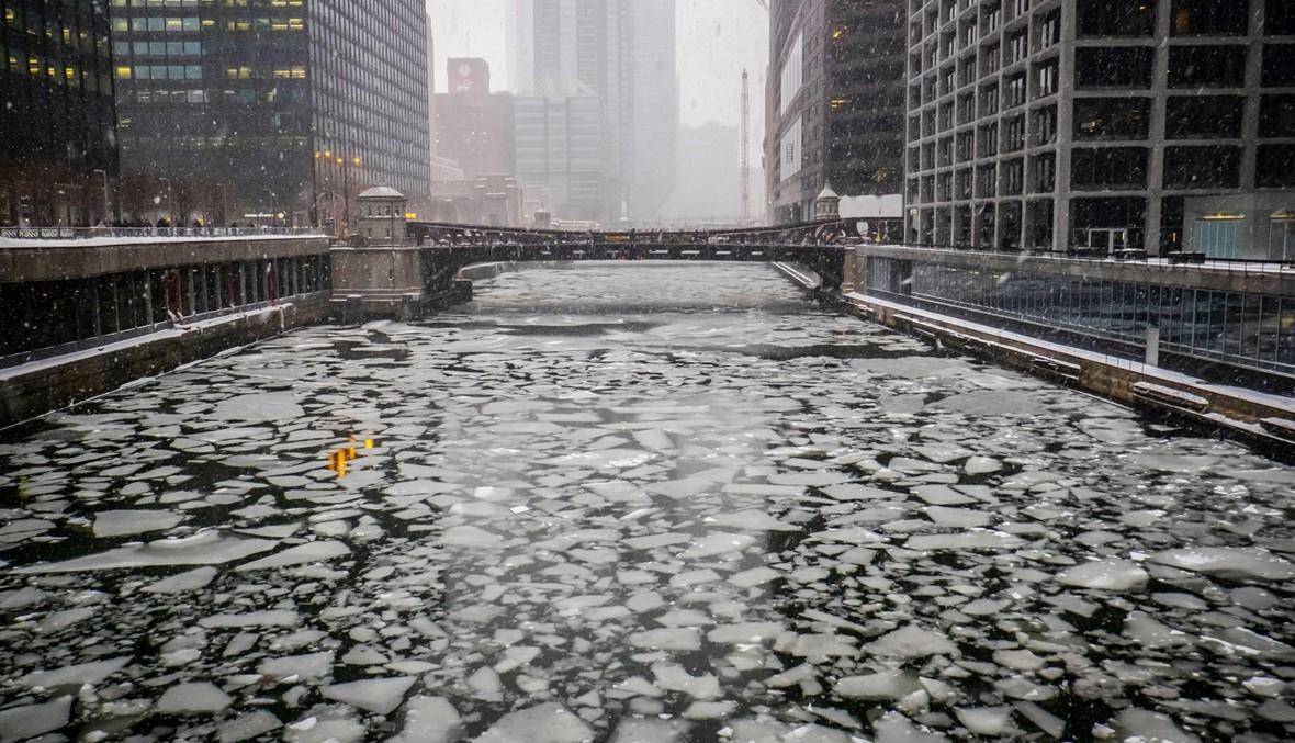 مشهد رائع لنهر شيكاغو المتجمّد... انخفاض درجات الحرارة بشكل غير طبيعي (فيديو)