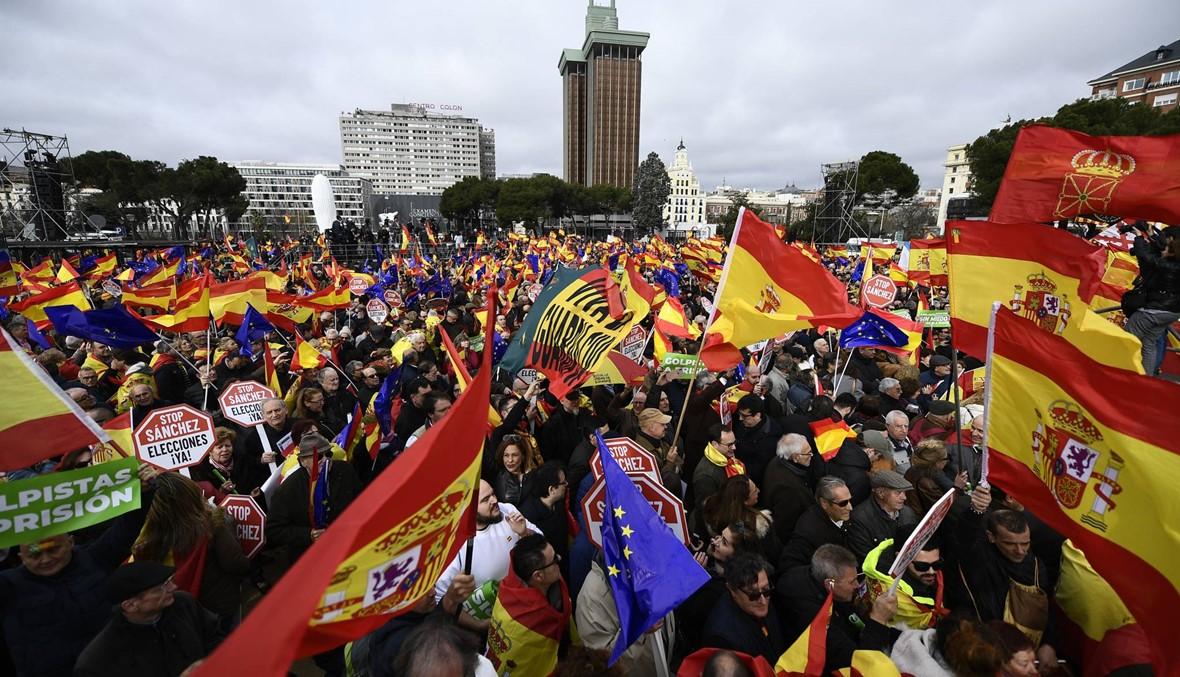 """""""من أجل إسبانيا موحّدة""""... آلاف احتجّوا في مدريد على حوار سانشيز مع الكاتالونيّين الانفصاليّين"""