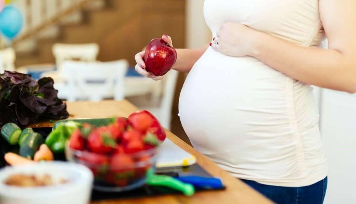 """""""هل أغيّر نظامي الغذائي لأنني حامل""""؟"""
