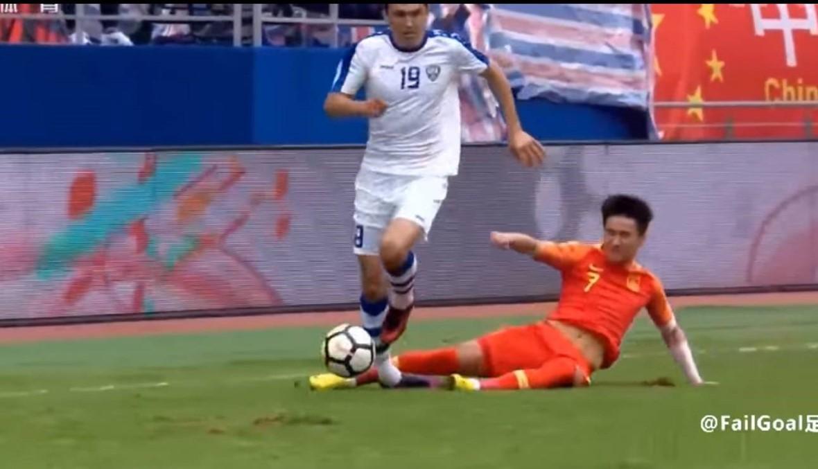 """بالفيديو: خطأ """"خبيث"""" من لاعب صيني... الحكم ينذره وناديه يهدد بطرده"""