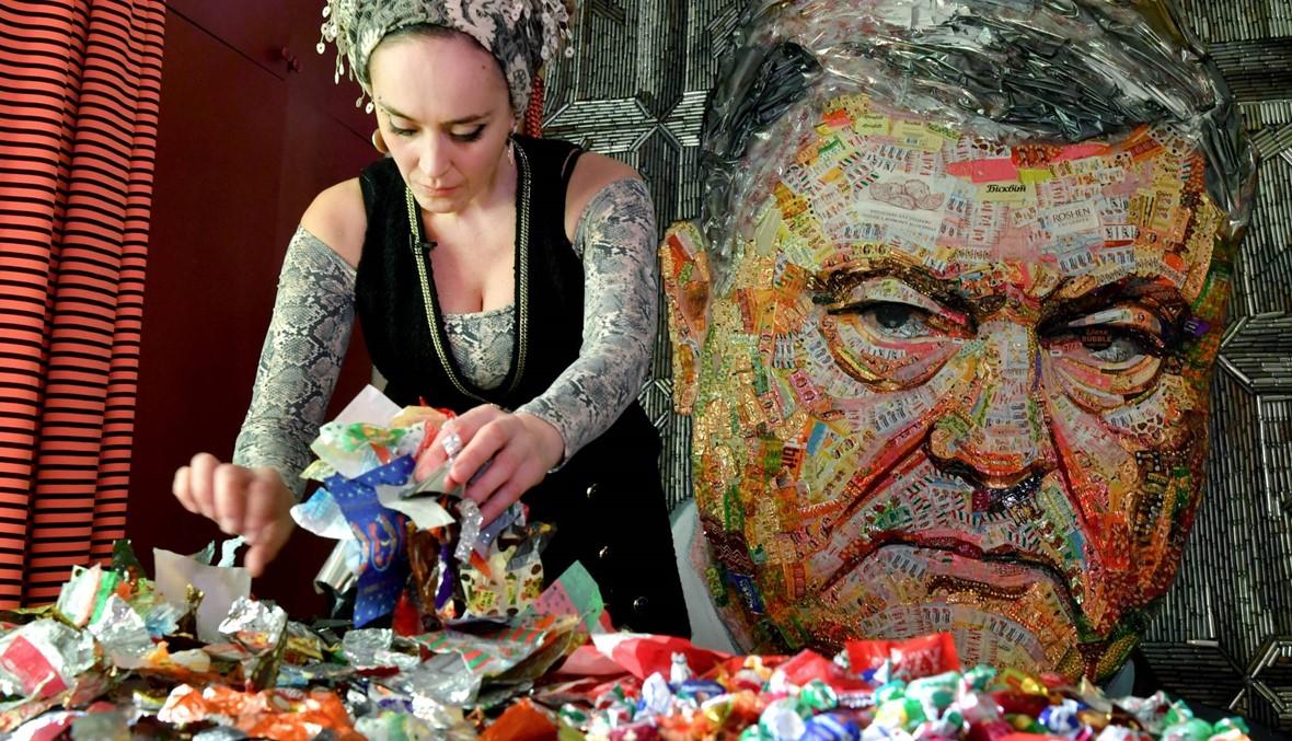 """""""وجه الفساد""""... فنّانة أوكرانيّة تصنع صورة للرئيس بوروشينكو من أغلفة حلوى"""