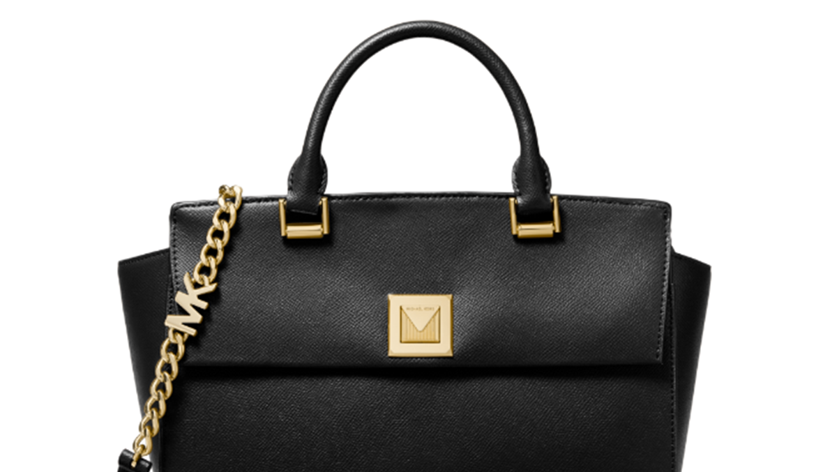 بيلا حديد ترتدي حقيبة Micheal Kors الجديدة