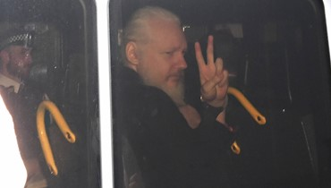 """الشرطة البريطانية تعتقل جوليان أسانج مؤسس """"ويكيليكس"""" في سفارة الإكوادور"""