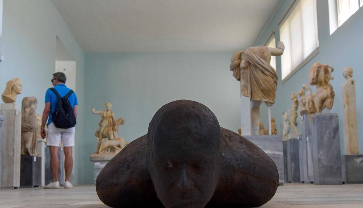أجسام غريبة وهياكل قرب جزيرة ميكونوس... 29 منحوتة للفنان البريطاني أنطوني غورملي