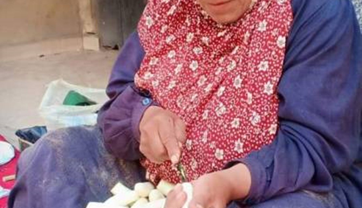 """بطلة """"ستّينية"""" في رمضان... أم مصطفى تجهّز الإفطار للموظفات للإنفاق على أسرتها (فيديو)"""