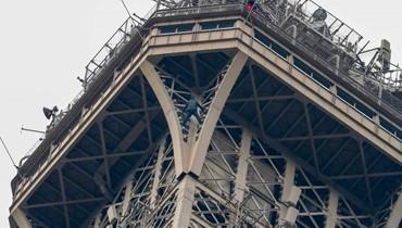 رجل بقي متدلياً 6 ساعات من الطبقة الأخيرة في برج إيفل!