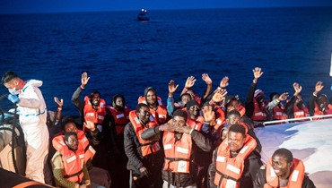 """""""أعضاؤهم تجمّدت من البرد""""... مهاجرون """"منهكون"""" وصلوا إلى فاليتا ولامبيدوسا"""