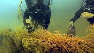 بالصور: نائب لم يكتف بحملة التنظيف فغطس لينظف عمق البحر ... وهذا ما سحبه الى الشاطىء